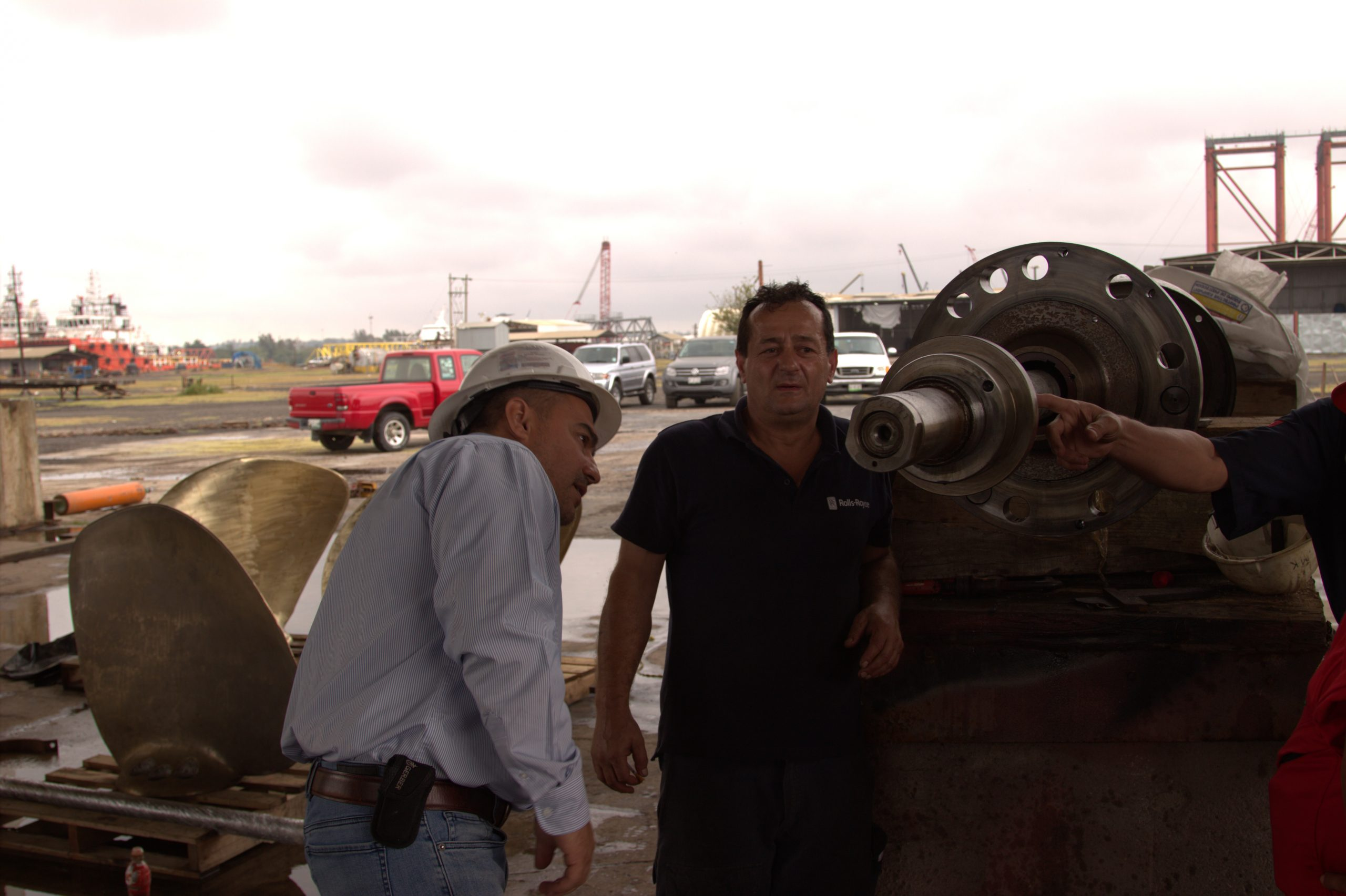 Mantenimiento-del-eje-de-propulsión-del-B_O-_Justo-Sierra__-por-el-técnico-de-Roll-Royce